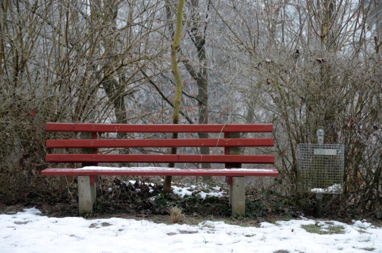 Bank im Winter am Fischweiher