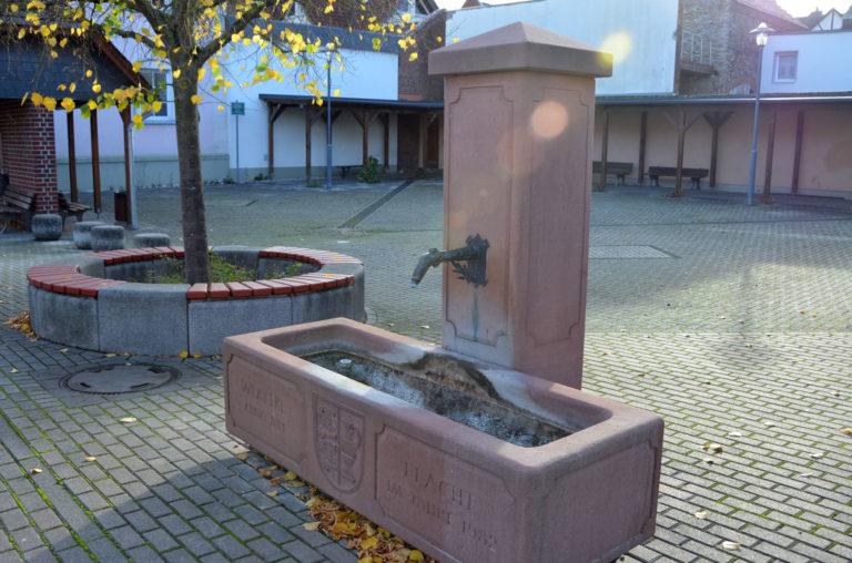 Dorfplatz mit Dorfbrunnen